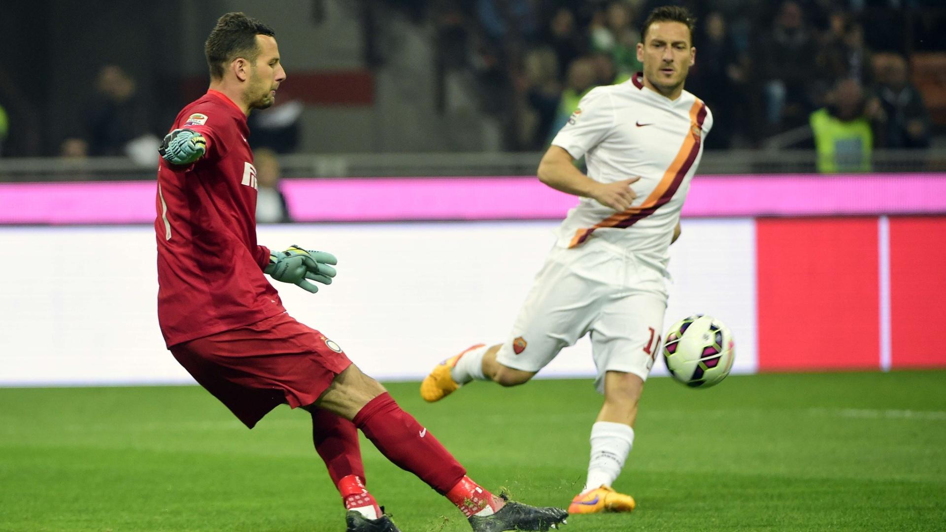 Francesco Totti disputa bola com Handanovic