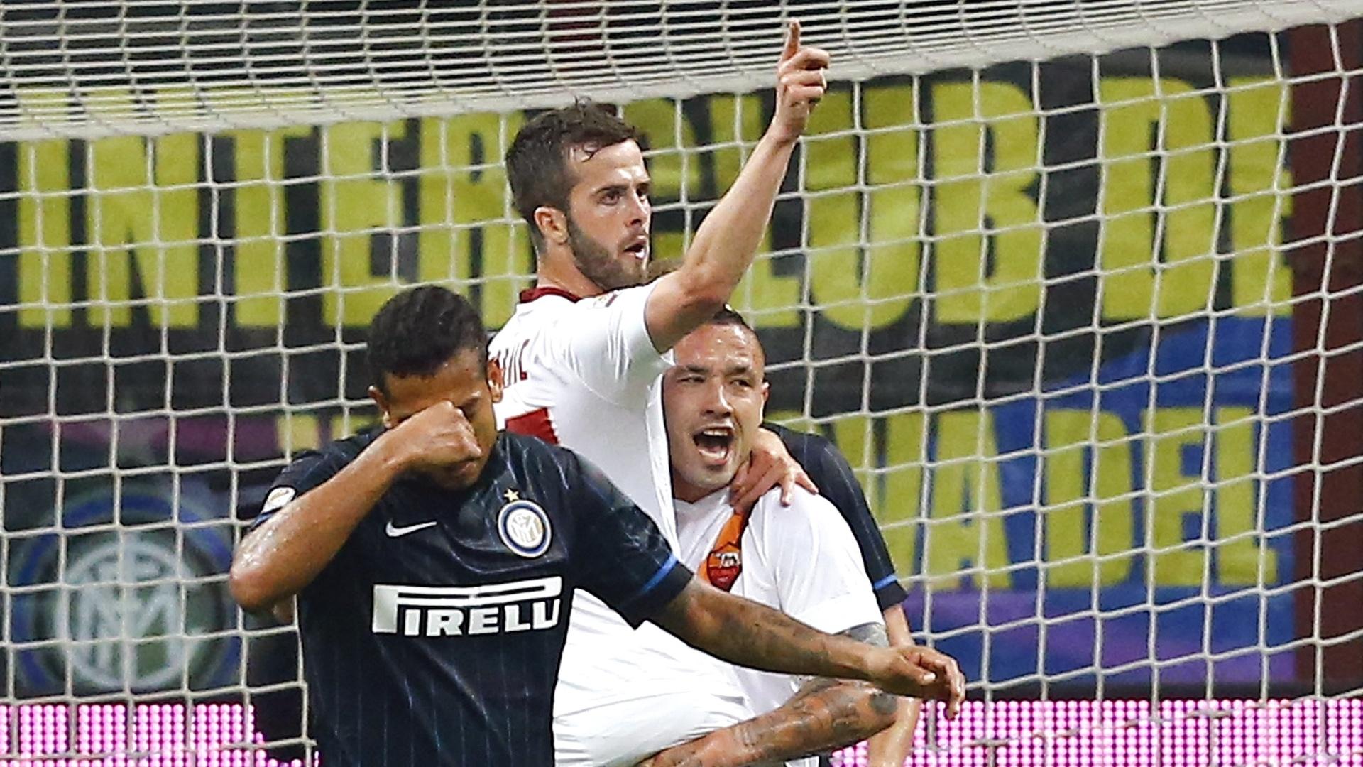 Nainggolan comemora com Pjanic após marcar gol de empate da Roma