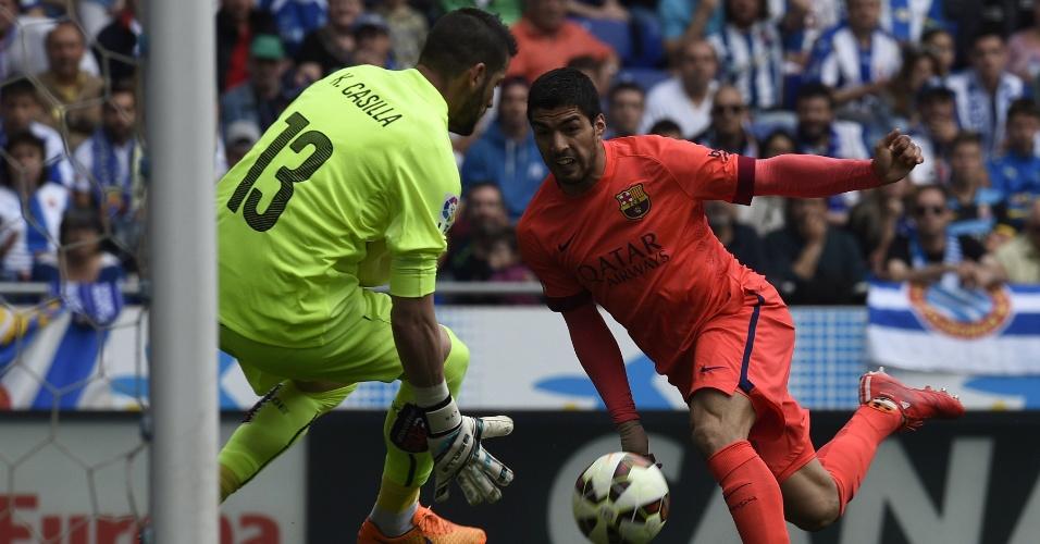 Suárez tenta superar o goleiro Casilla, do Espanyol