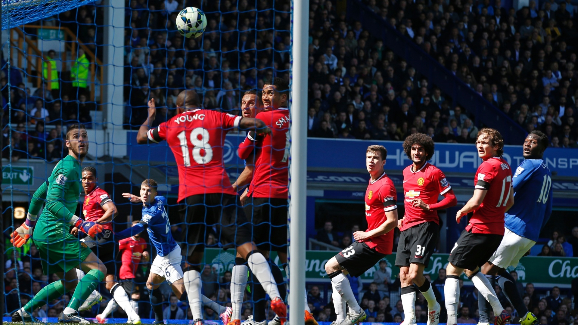 Ashley Young tenta, sem sucesso, evitar o segundo gol do Everton em cima do Manchester United