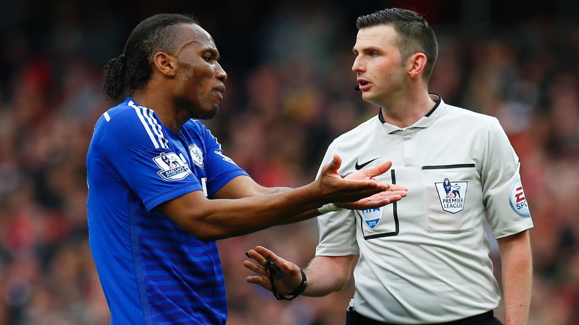 Drogba reclama com árbitro durante a partida entre Chelsea e Arsenal