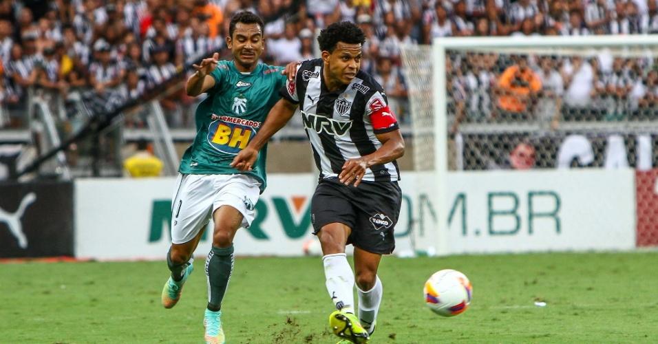 Edcarlos, zagueiro e capitão do Atlético-MG, tenta fazer passe pressionado por rival da Caldense, na final do Campeonato Mineiro