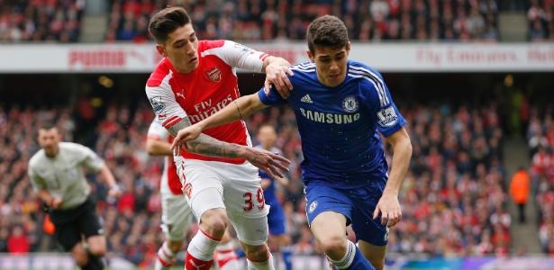 Bellerín (do Arsenal) marca Oscar (do Chelsea) durante duelo pela Premiere League