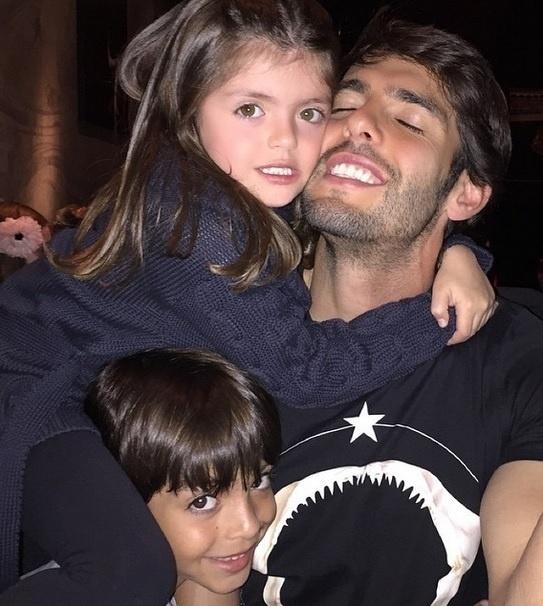 Kaká com os filhos numa foto no Instagram publicada durante a Páscoa
