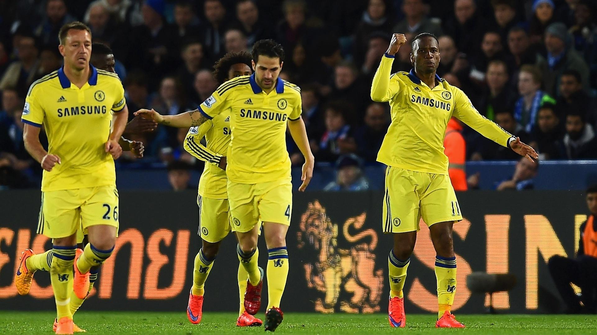 Drogba comemora seu gol com os jogadores do Chelsea