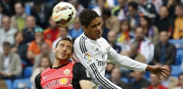 Varane, do Real Madrid, disputa, de cabeça, com Tomer Hemed, do Almería