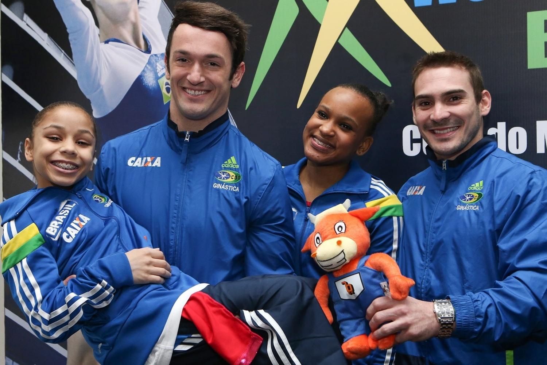Flávia Saraiva é carregada por Diego Hypolito, ao lado de Rebeca Andrade e Arthur Zanetti