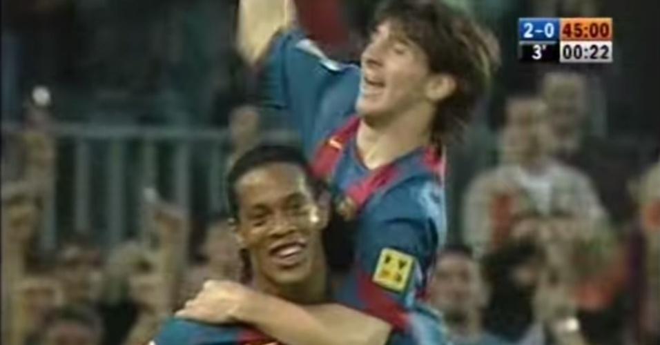 Messi comemora o primeiro gol com a camisa do Barcelona carregado por Ronaldinho Gaúcho