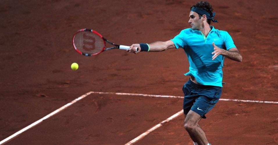 Roger Federer devolve bola em partida contra Gimeno Traver