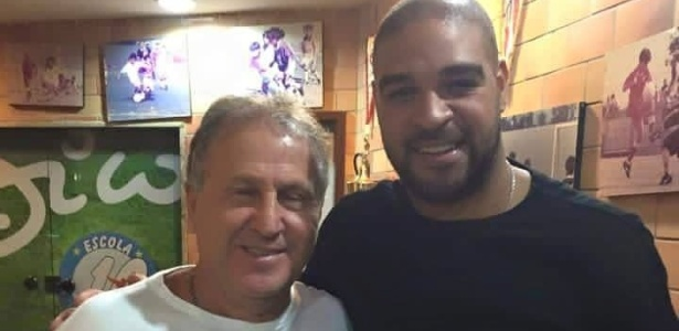 Zico e Adriano posam juntos para foto em 2015