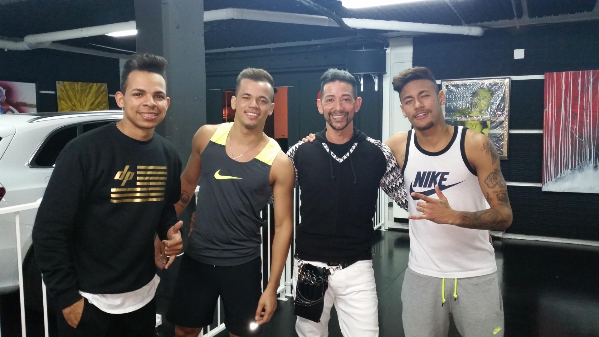 02.mai.2015 Neymar ao lado do cabeleireiro Wagner Tenório e de amigos na casa dele, em Barcelona