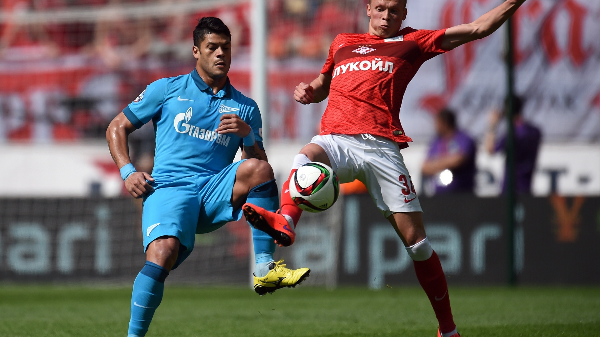 Hulk disputa bola com Yevgeni Makeyv, do Spartak Moscou