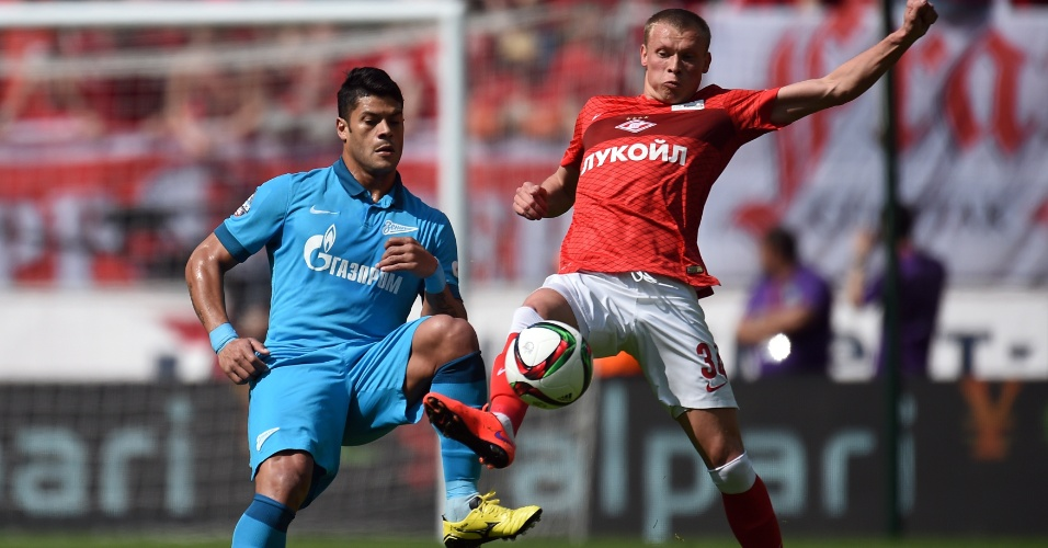 Hulk disputa bola com  Yevgeni Makeyv, do Spartak Moscou