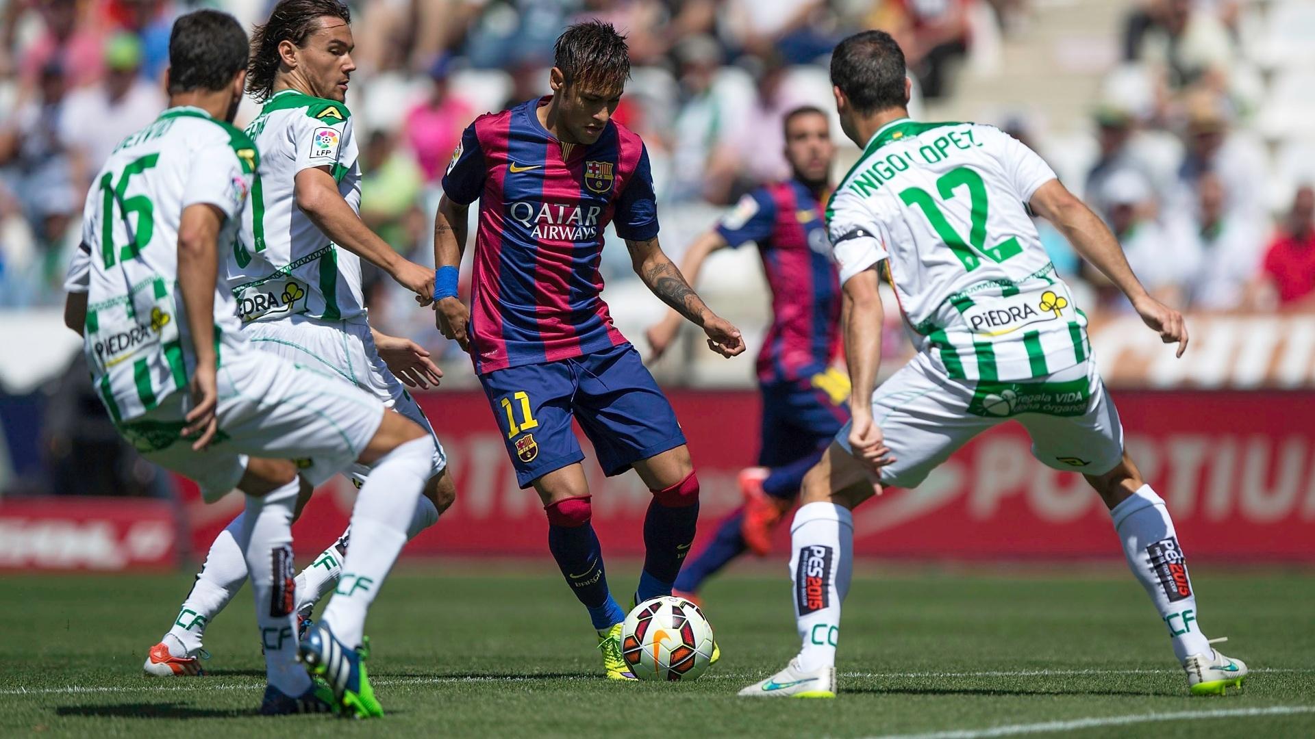 Neymar tenta passar pelos marcadores do Córdoba, mas é seguido de perto