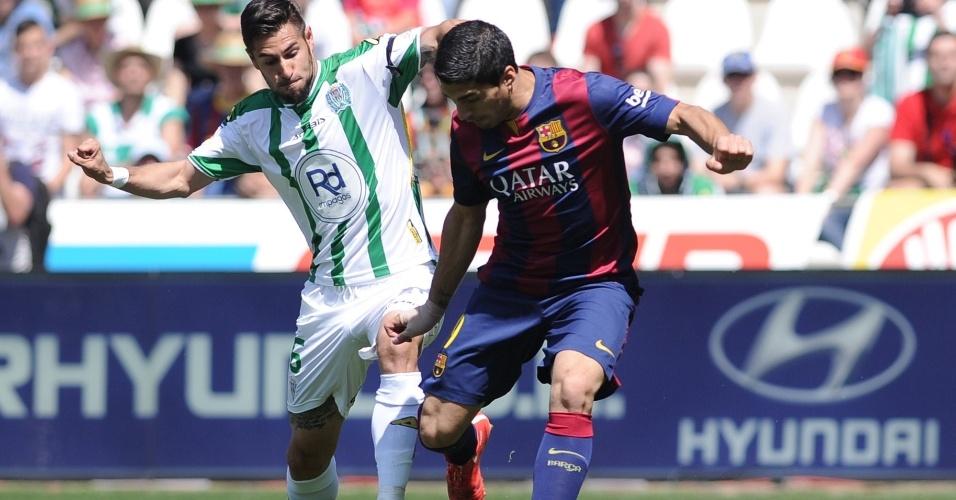Suárez tenta armar o chute, mas é seguido de perto pelo marcador do Córdoba