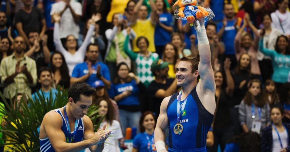 Arthur Zanetti com a medalha de ouro é reverenciado por Henrique Flores