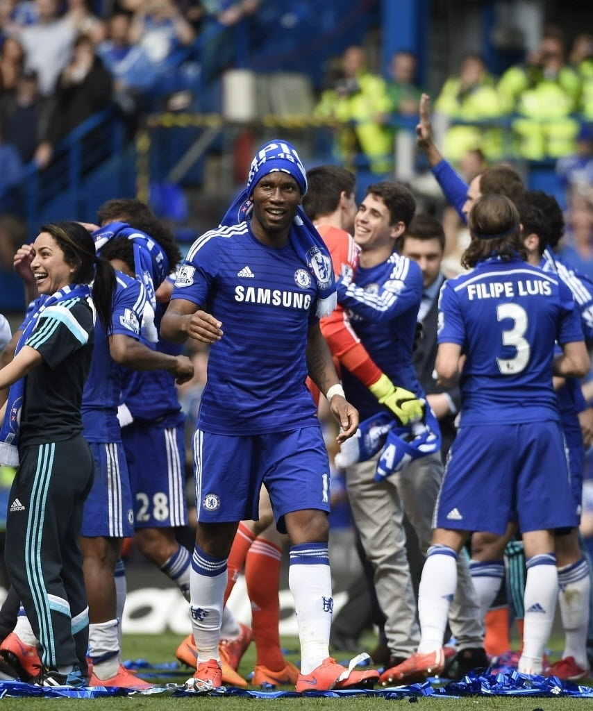 Didier Drogba celebra título do Chelsea conquistado após vitória contra o Crystal Palace