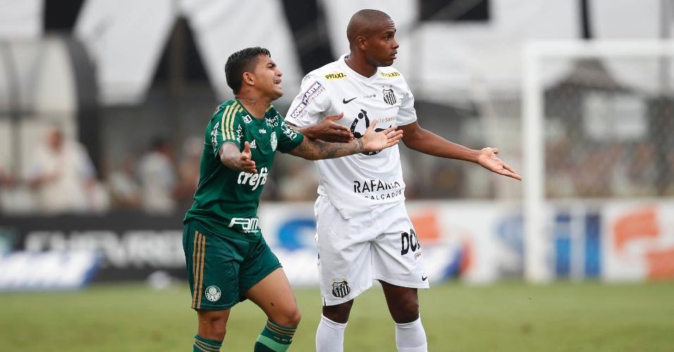 Dudu, do Palmeiras, e Valencia, do Santos, reclamam durante final do Campeonato Paulista