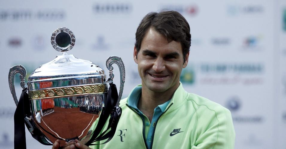 Federer com a taça do ATP 250 de Istambul