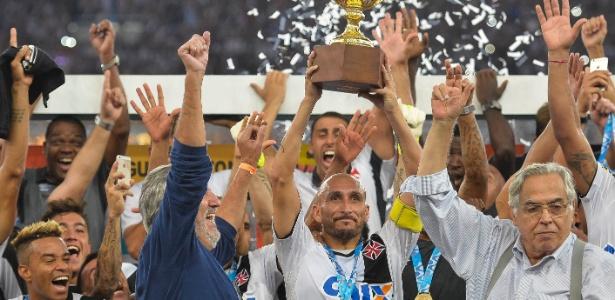 Guiñazú ergueu a taça de campeão carioca pelo Vasco em 2015 - Pedro Martins/AGIF