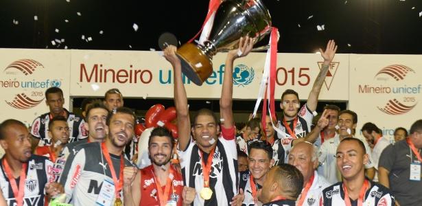 Jogadores do Atlético-MG erguem a taça após vencer o Campeonato Mineiro de 2015, sobre a Caldense