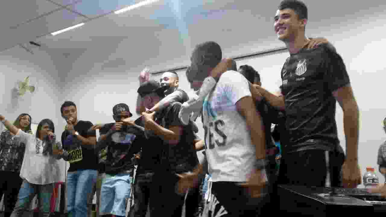 Atletas do Santos comemoram título em festa no salão de mármore da Vila Belmiro - Samir Carvalho/UOL Esporte