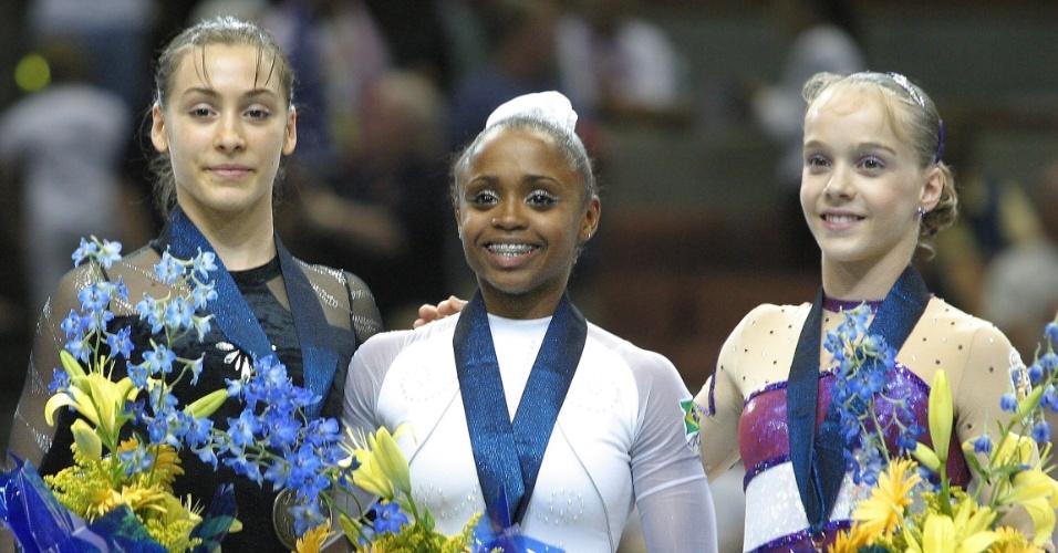 Daiane no pódio do Mundial de Anaheim (EUA), em 2003, quando foi ouro no solo
