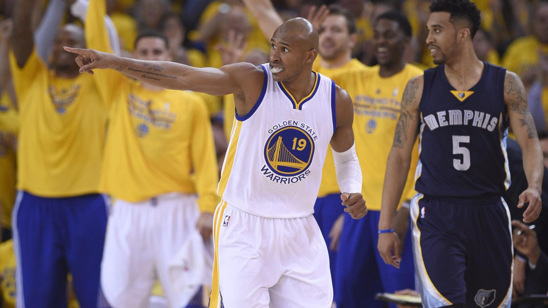 Leandrinho comemora ponto na vitória do Golden State Warriors sobre o Memphis Grizzlies no jogo 1