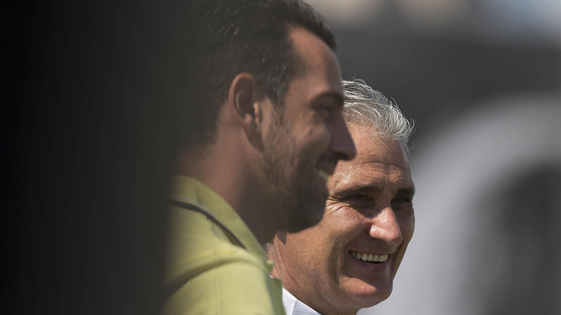 Edu Gaspar, gerente de futebol, sorri ao lado do treinador corintiano Tite