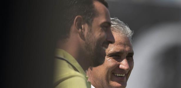 Edu Gaspar sorri ao lado de Tite, que solicitou sua contratação para a CBF