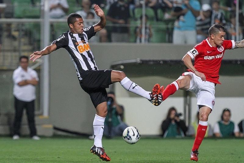 Disputa entre Rafael Carioca e D'Alessandro, no último Atlético x Inter disputado no Independência