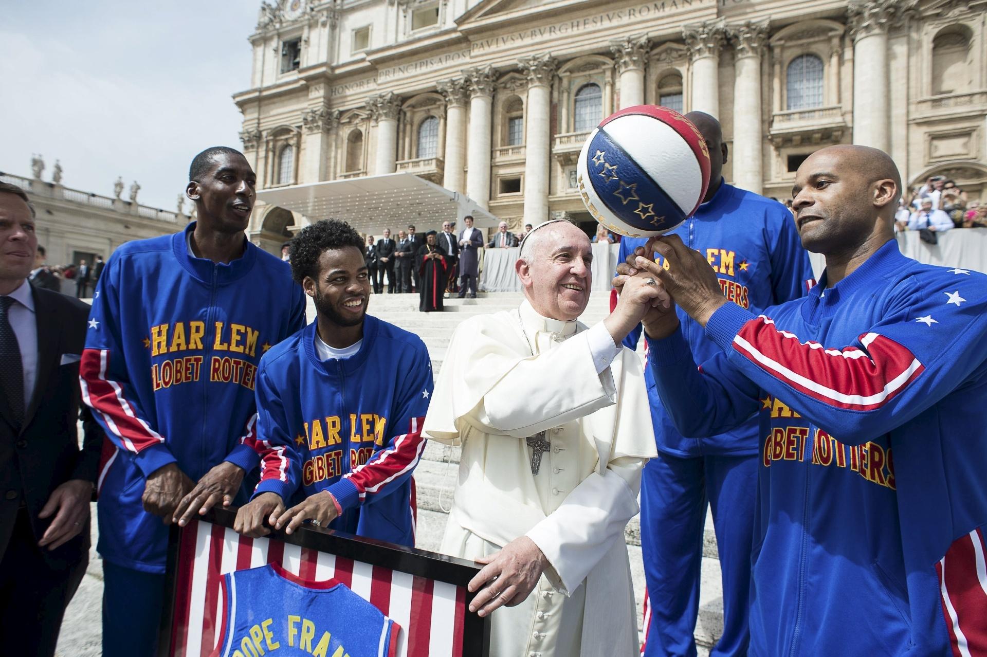 Papa Francisco arrisca malabarismo com a bola de basquete