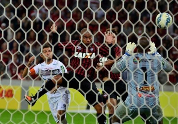 06.mai.2015 - Atacante Walter finaliza para marcar seu primeiro gol com a camisa do Atlético-PR, diante do Tupi, pela Copa do Brasil