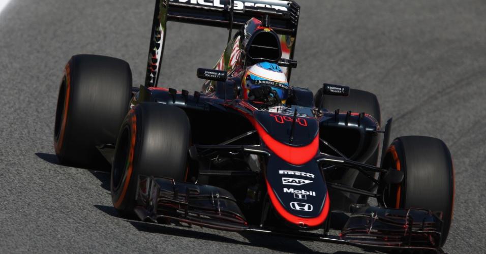 8.mai.2015 - Fernando Alonso acelera sua McLaren pelo circuito de Barcelona