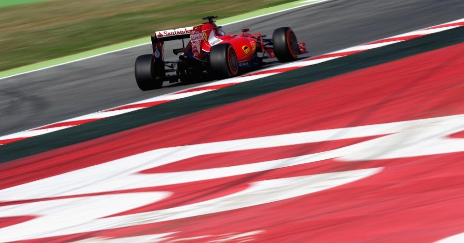 8.mai.2015 - Sebastian Vettel acelera sua Ferrari pelo circuito de Barcelona durante os treinos livres para o GP da Espanha