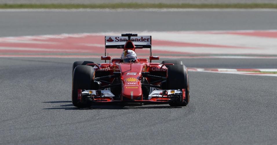 8.mai.2015 - Sebastian Vettel, da Ferrari, conduz seu carro pelo circuito de Barcelona no primeiro treino livre do GP da Espanha