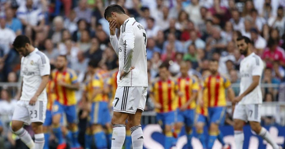 Cristiano Ronaldo lamenta gol sofrido pelo Real Madrid contra o Valencia, em jogo do Campeonato Espanhol