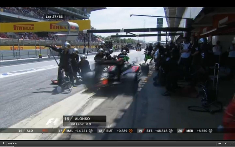 Alonso quase atropela mecânicos na chegada aos boxes