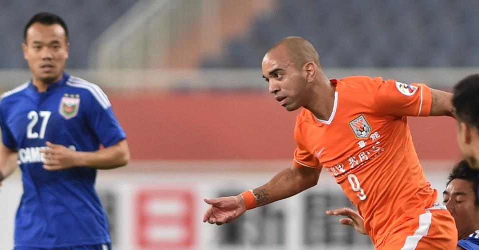 Diego Tardelli em ação pelo Shandong Luneng, em partida da Liga dos Campeões da Ásia