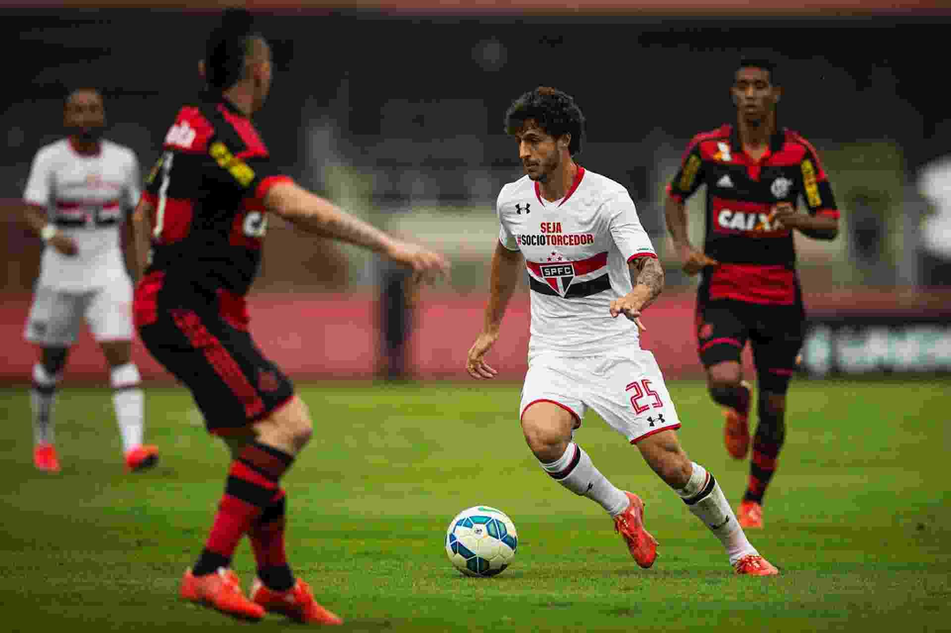 Hudson carrega a bola na tentativa de armar jogada para o São Paulo contra o Flamengo, no Morumbi - Eduardo Knapp/Folhapress