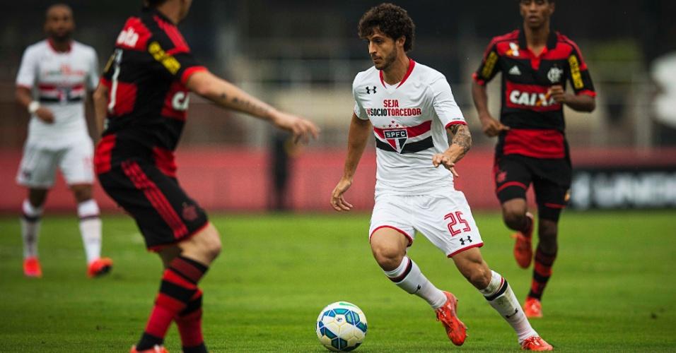 Hudson carrega a bola na tentativa de armar jogada para o São Paulo contra o Flamengo, no Morumbi