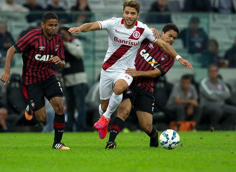 Jogadores do Inter e do Atlético-PR disputam bola na partida entre as equipes pelo Campeonato Brasileiro