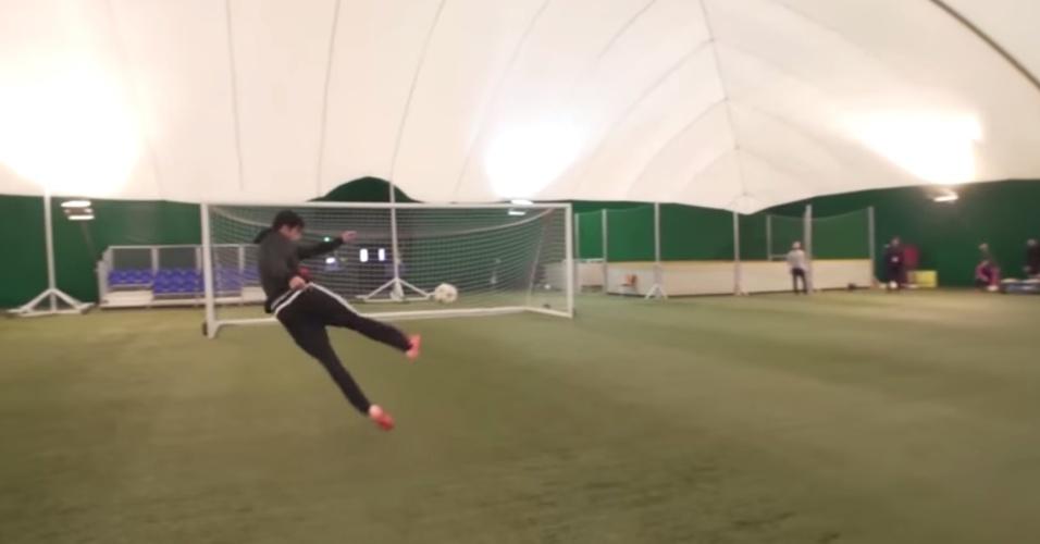 Diego Costa faz golaço de voleio após cruzamento de 96 km/h