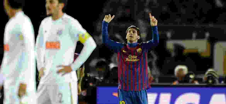 Messi comemora gol do Barcelona enquanto Edu Dracena lamenta - YOSHIKAZU TSUNO/AFP