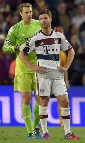 Neuer consola Xabi Alonso após gol de Messi na partida entre Barcelona e Bayern