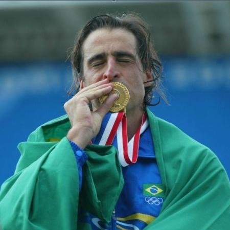 Fernando Meligeni posa com bandeira brasileira e beija medalha de ouro conquistada no Pan de Santo Domingo-2003 - Antônio Gaudério/Folha Imagem