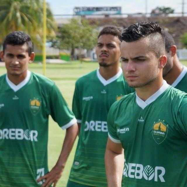 Jean Chera (à dir.) defende o Cuiabá, time campeão estadual do Mato Grosso em 2015