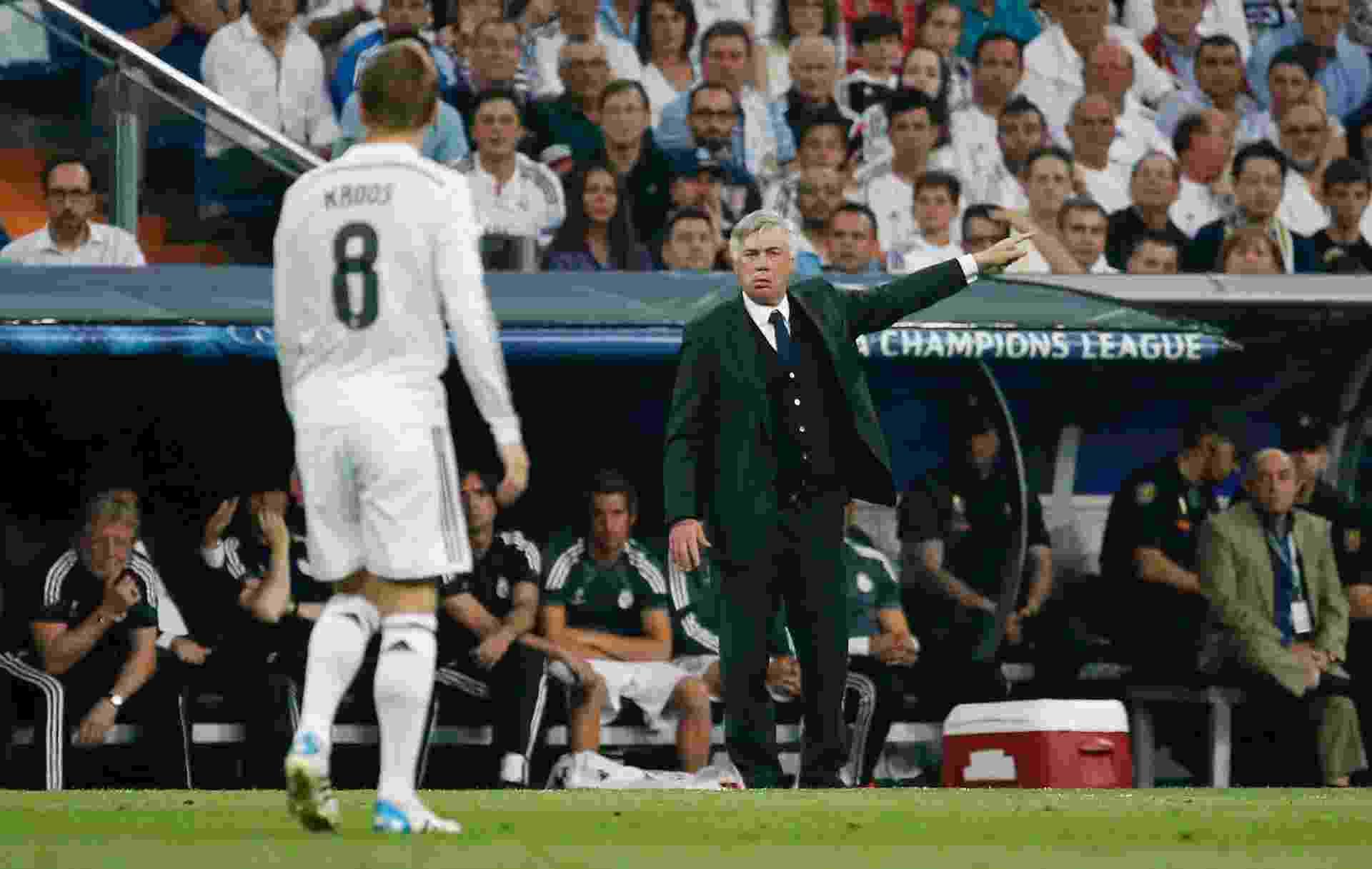 Carlo Ancelotti orienta Toni Kroos durante a partida entre Real Madrid e Juventus - Paul Hanna/Reuters