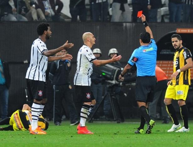 Fábio Santos foi expulso no jogo do Corinthians contra o Guaraní, na Libertadores de 2015