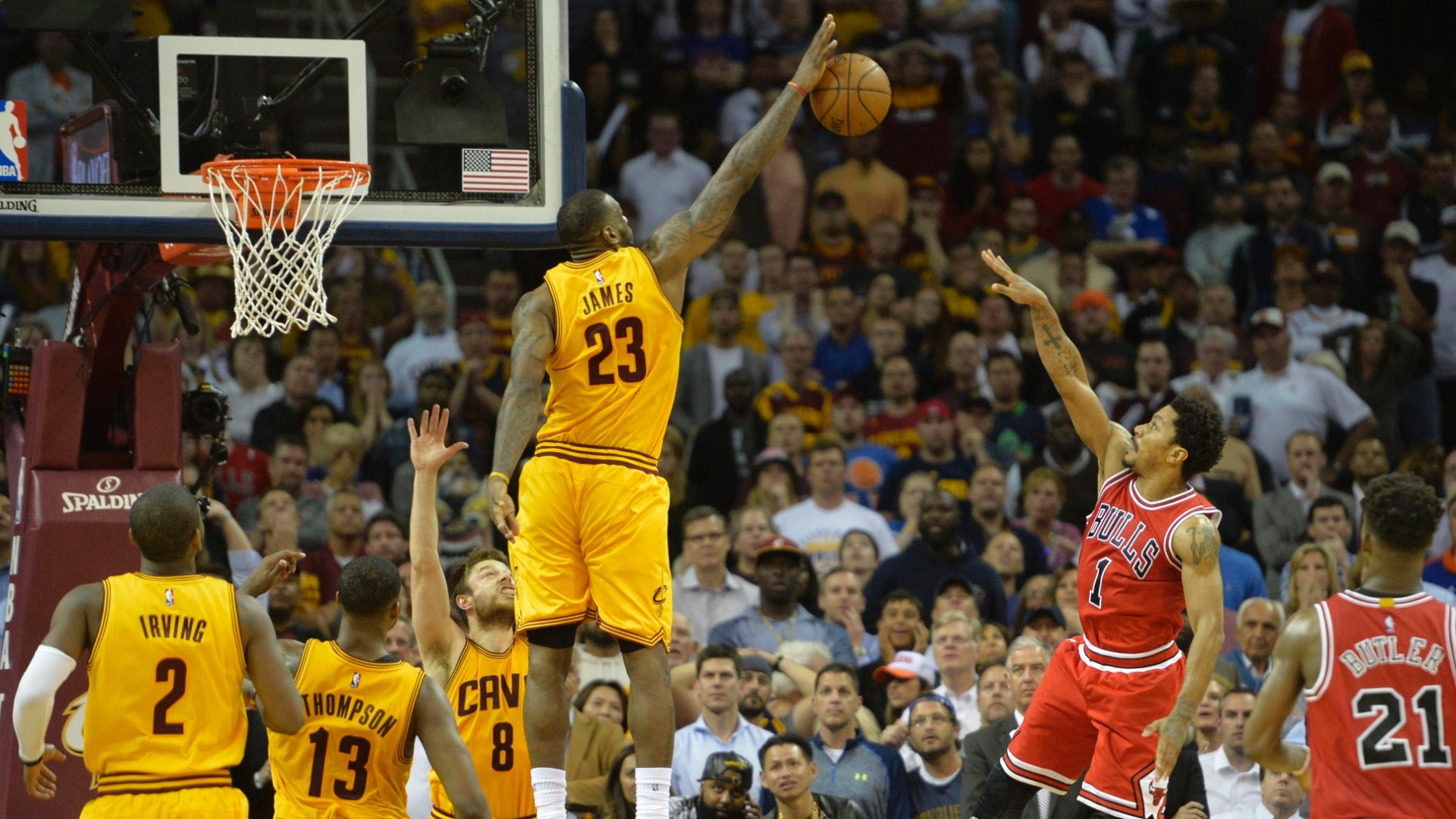 LeBron James dá lindo toco em Derrick Rose no minuto final da vitória do Cleveland Cavaliers sobre o Chicago Bulls